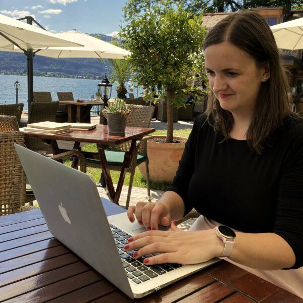 Caroline Mara Philippi am Laptop