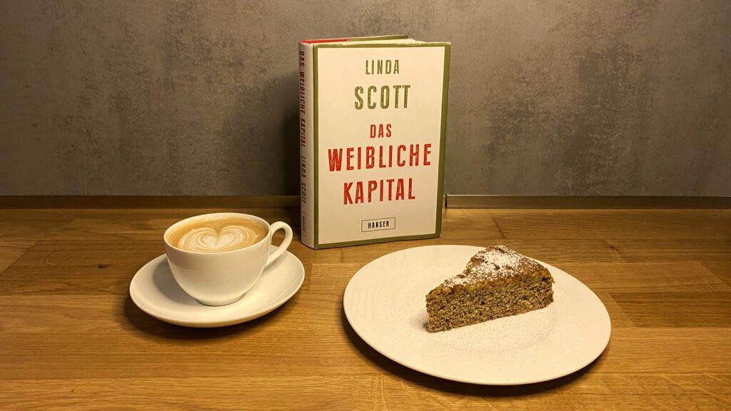 """""""Das weibliche Kapital"""" Buch mit Kaffee und Kuchen"""