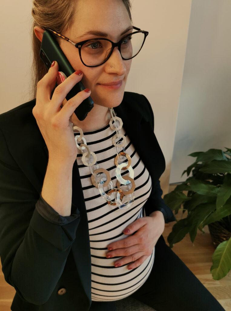 schwangere Frau telefoniert