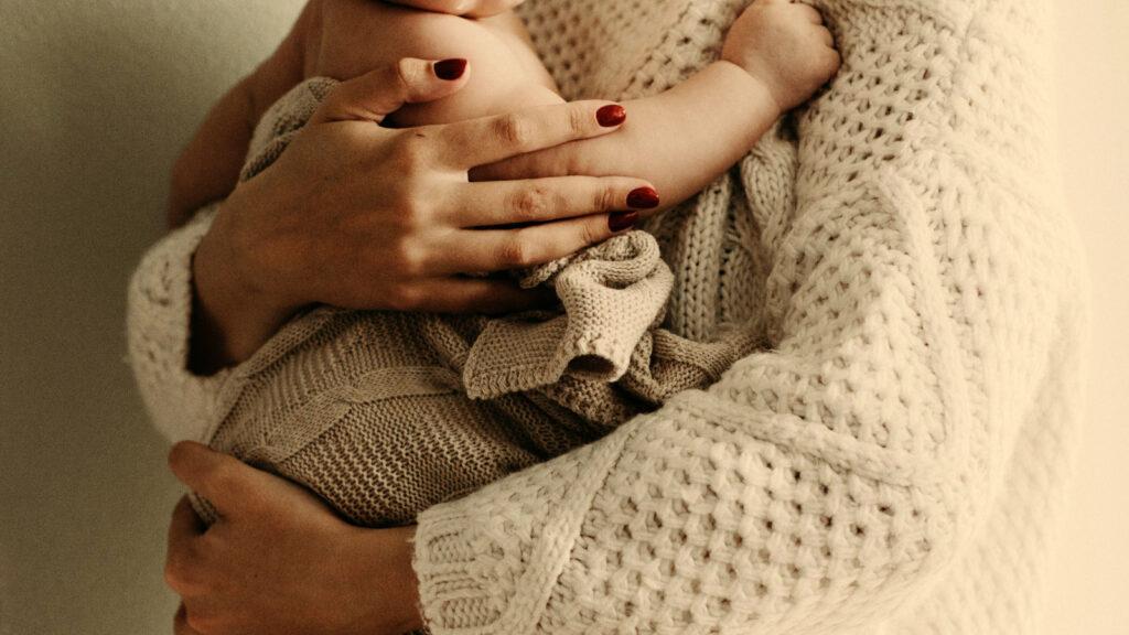 Mama hält Baby
