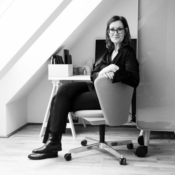 Claudia König-Strobl sitzend in ihrem Büro