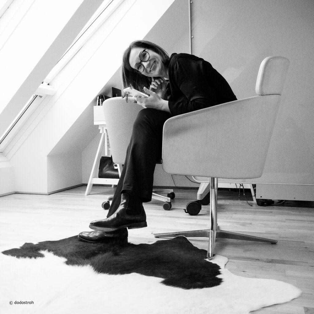 Claudia König-Strobl in ihrem Büro