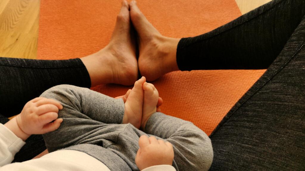 Mama und Baby auf Yogamatte