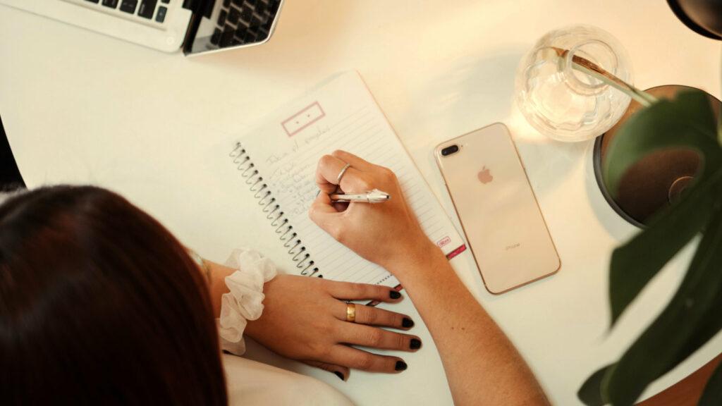 Frau schreibt Checkliste