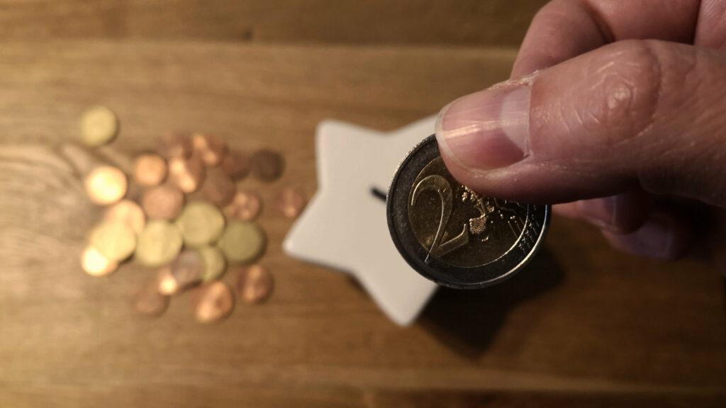 Spardose und Münzen